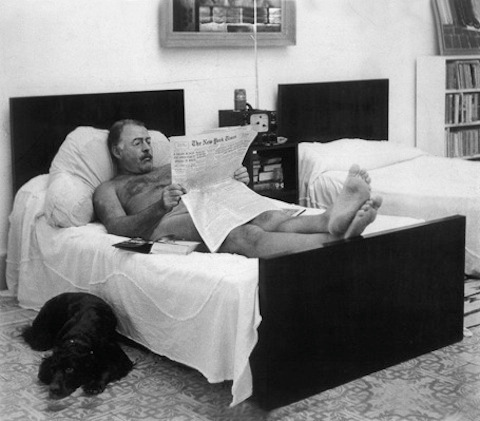 Ernest Hemingway liest die New York Times, 1949, Finca Vigía, San Francisco de Paula, Kuba; Photo by George Leavens